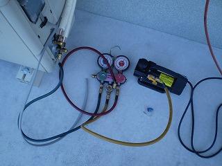 電動ポンプでの真空引き作業