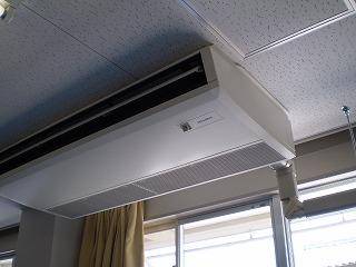 学校での天吊エアコン